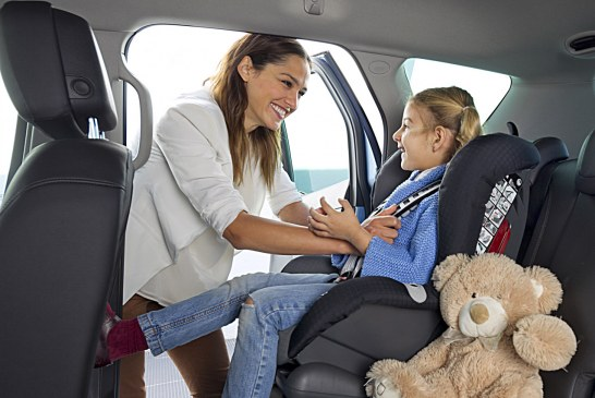 Bimbi in auto, norme per trasporto e seggiolini