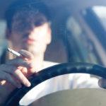 Fumare in auto, fino a 500 euro di multa